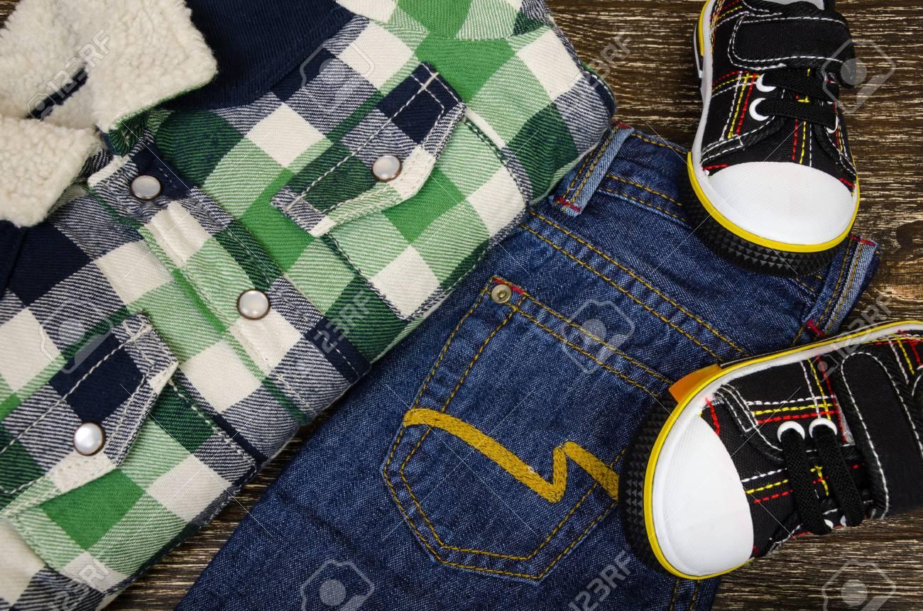 Vêtements pour enfants: baskets, jeans et chemises à carreaux