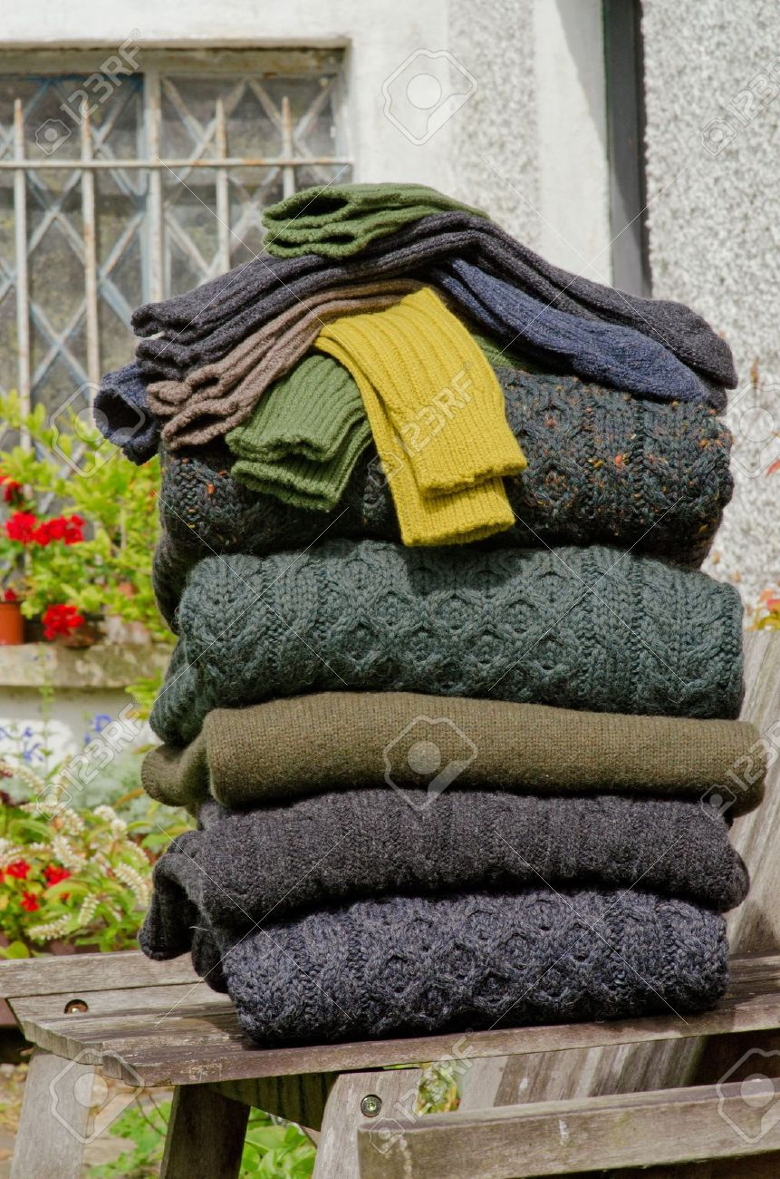 scarpe sportive 752fe 13cca Pila di maglioni di lana grosso irlandese inverno cavo maglia Aran e più  calze di colori autunno e inverno in un ambiente gradevole irlandese rurale.
