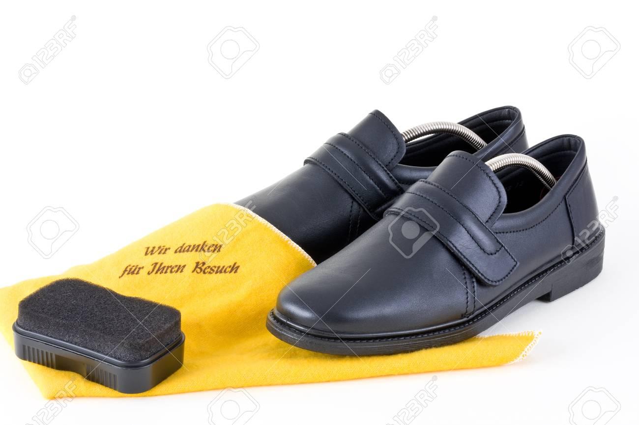 1561707da Foto de archivo - Zapatos para hombres con un paño de limpieza y una  esponja sobre un fondo blanco en.