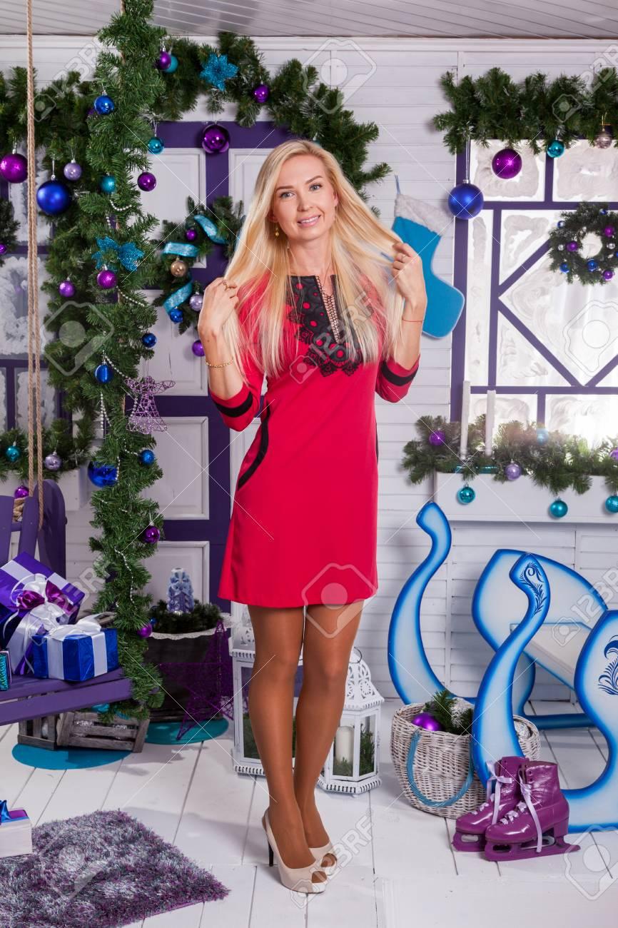 Rubia En Blanco Decoraciones De Navidad En La Terraza Junto Al árbol De Navidad Decorado Con Adornos Y Regalos De Pie Sonriendo Mirando A La Cámara