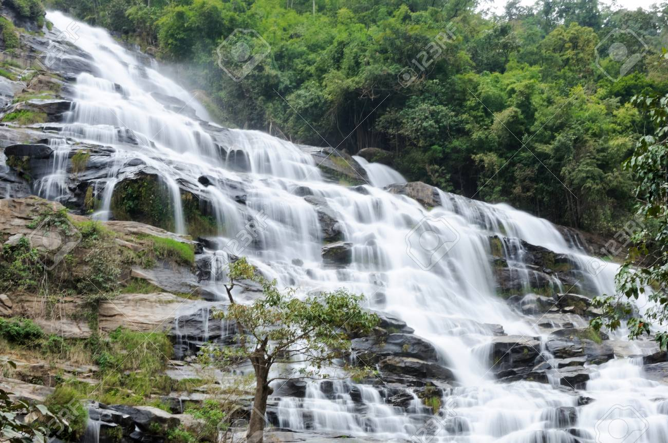 The largest waterfall in Doi Inthanon national park,Northern of Thailand. Stock Photo - 9419292