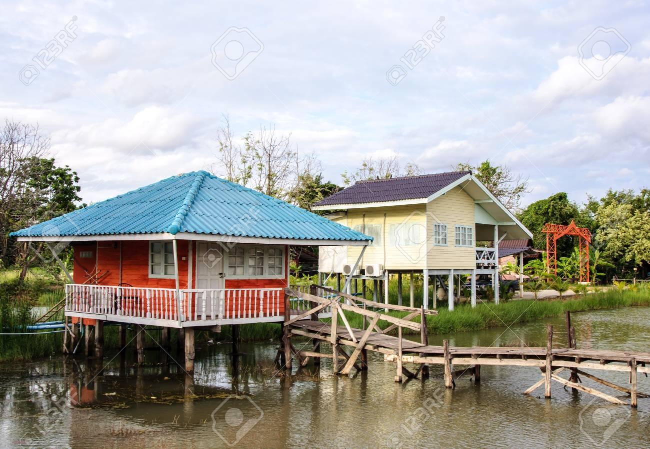 Bunte Holzhauschen Auf Dem See Des Nationalparks Lizenzfreie Fotos