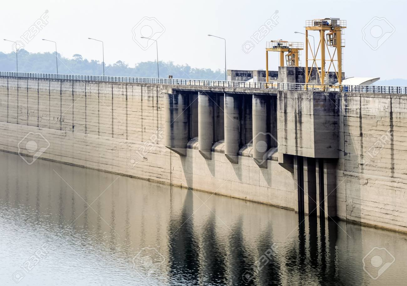 Dam wall  in the valley for reserve the water. Stock Photo - 21260597
