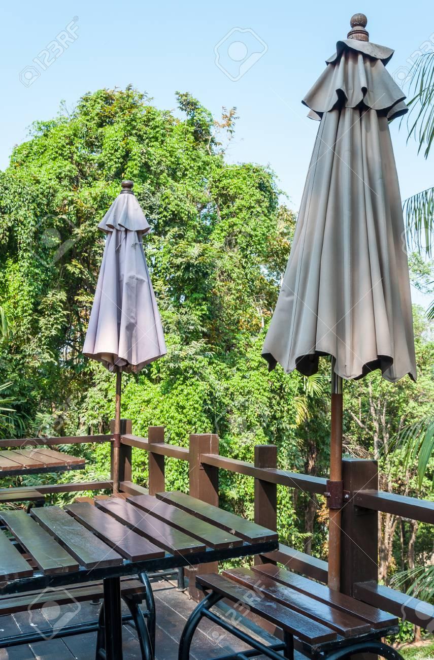 banque dimages grand parasol sur la terrasse en bois du caf