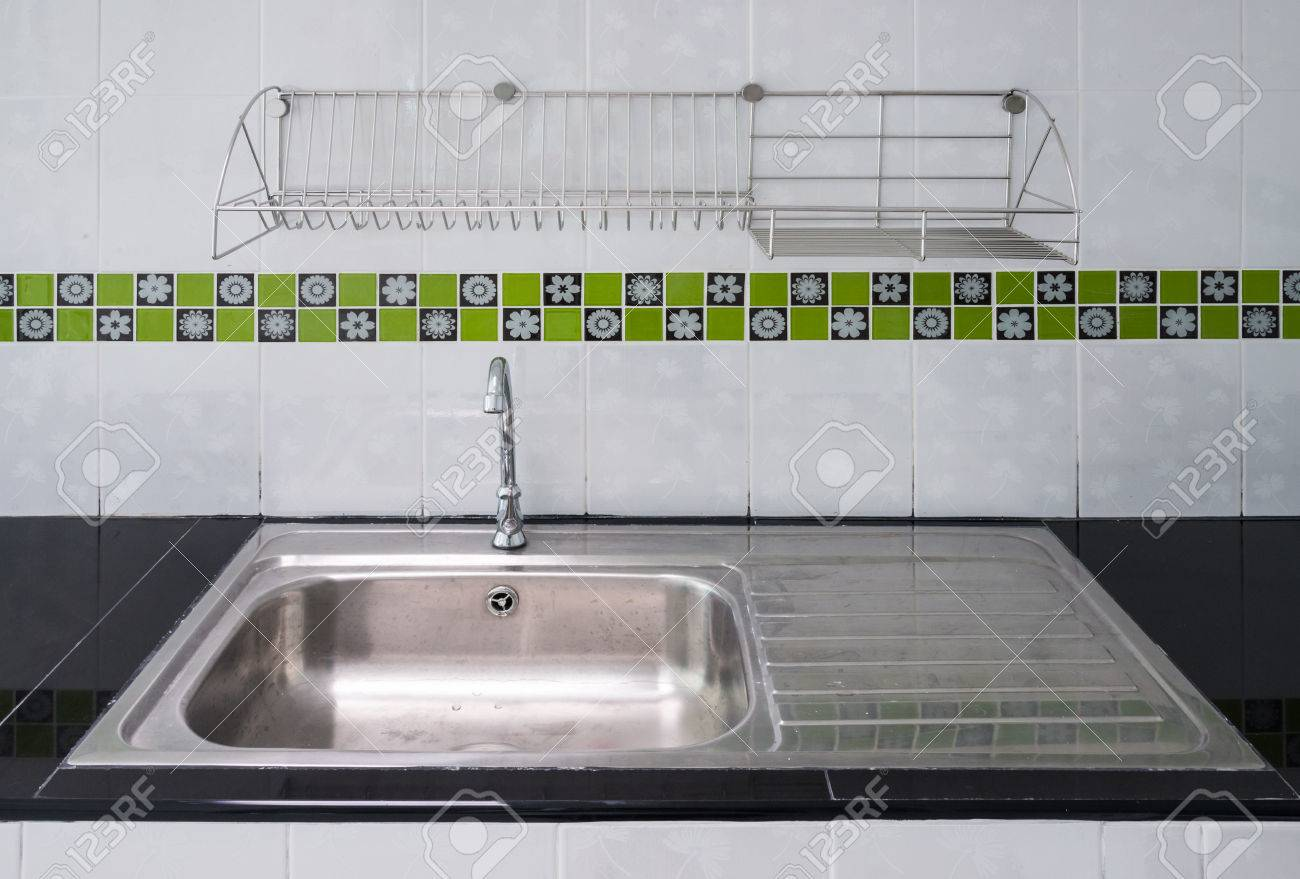 New évier en acier inoxydable dans la cuisine moderne.