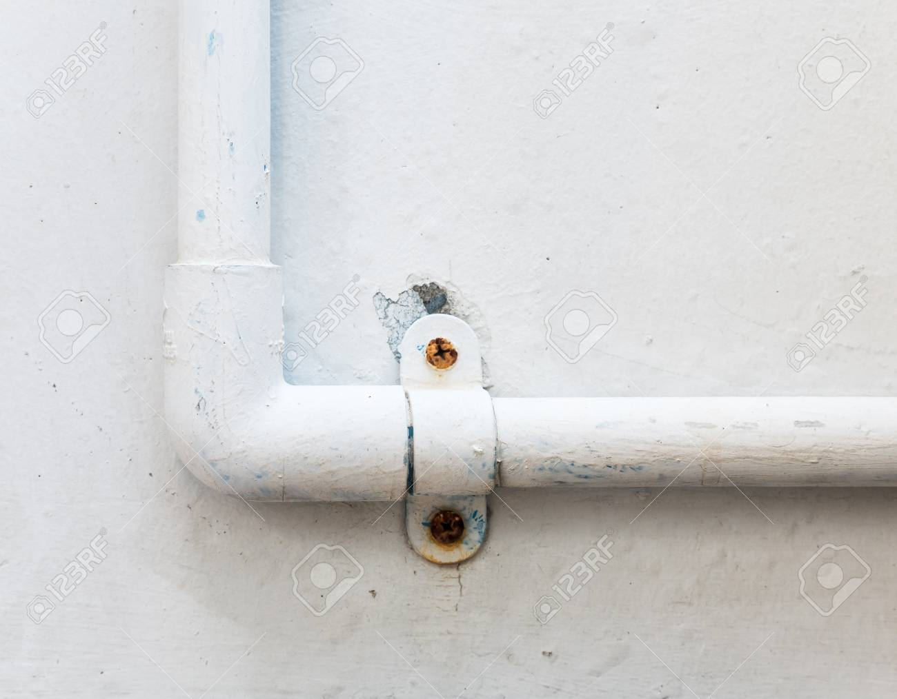 Weisse Pvc Rohr An Der Wand Fur Den Wasserhahn Im Stadthaus