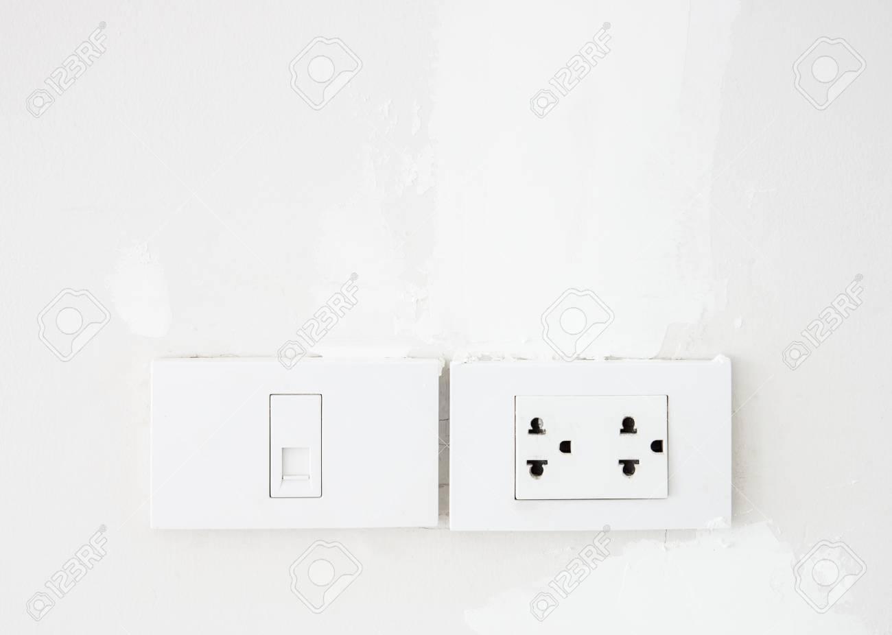 Elektrischer Schalter- Und Telefonsteckdose Auf Der Weißen Wand Im ...