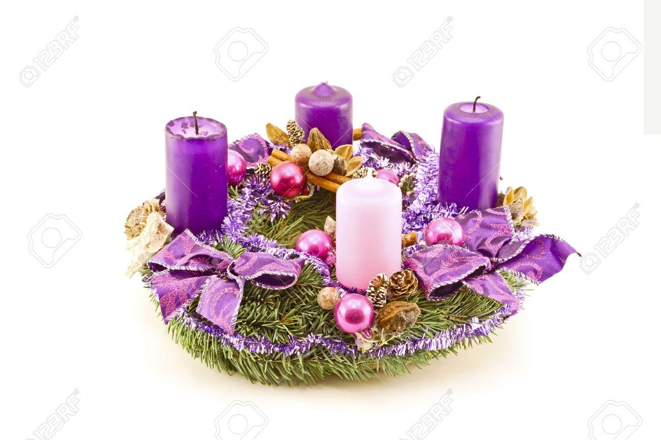 velas de adviento corona de adviento decorado con velas moradas y adornos de navidad