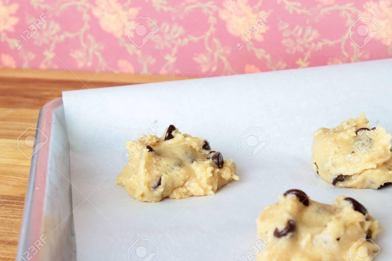 チョコレート チップ クッキーのこね粉を形の暗いピンク ビンテージ花