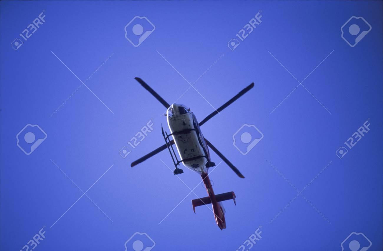 Una Vista Hacia Arriba De Un Helicóptero Que Volaba, Sus Palas Del ...