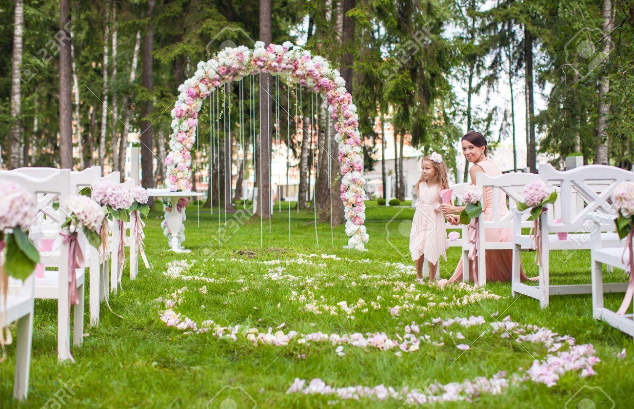 mariage en plein air Mariage bancs avec des invités et des fleurs pour la cérémonie