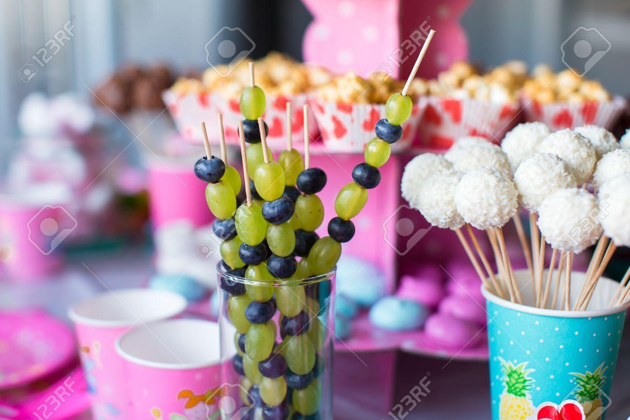Canape Mit Obst Weisser Schokolade Kuchen Pops Und Popcorn Auf Susse