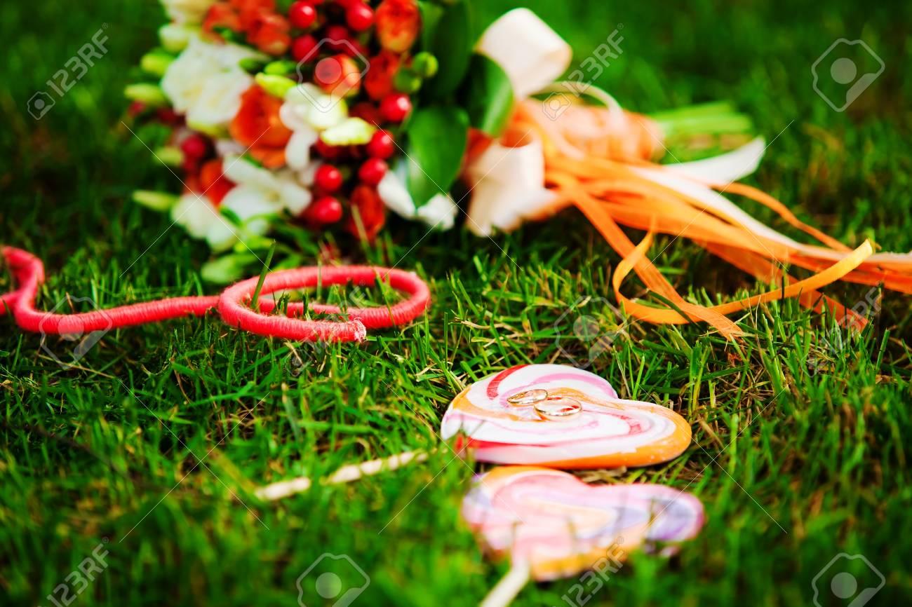 Rot Hochzeitsstrauss Auf Grunem Gras Lizenzfreie Fotos Bilder Und
