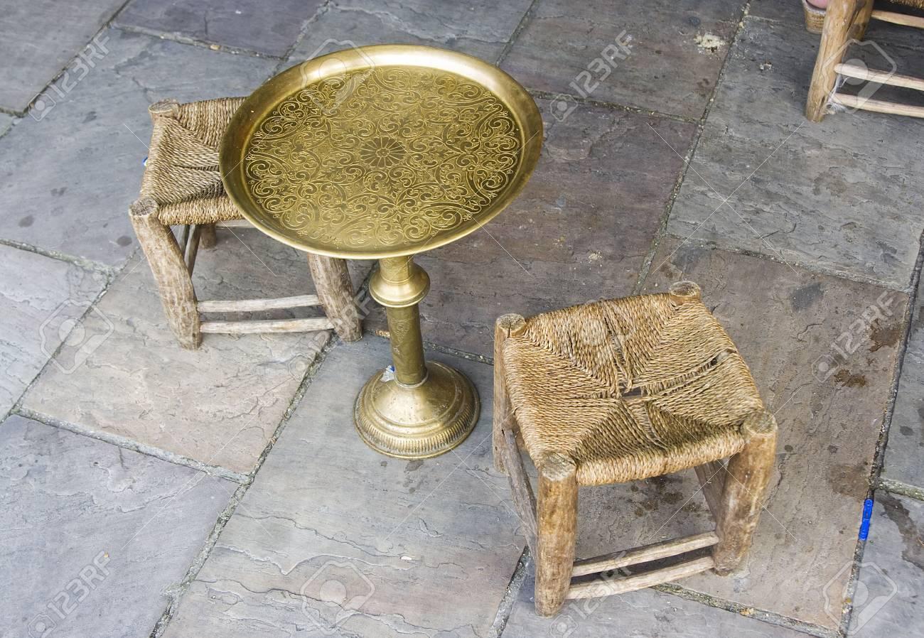 Arabische Vintage Tisch Und Stühle Aus Holz Und Messing Lizenzfreie ...