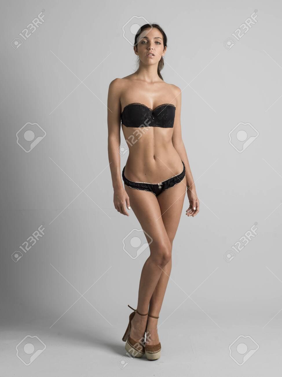 Sexy Mujer Joven Posando Para Una Agencia De Modelos En Lencería