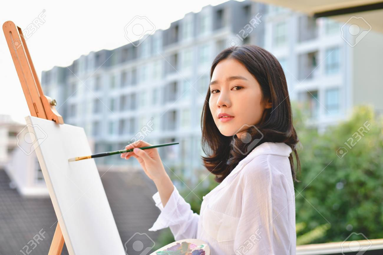 Concepto Artista Hermosa Chica Las Mujeres Hermosas Están Creando Arte La Mujer Hermosa Está Pintando Feliz Joven Artista Pintando Fuera De La