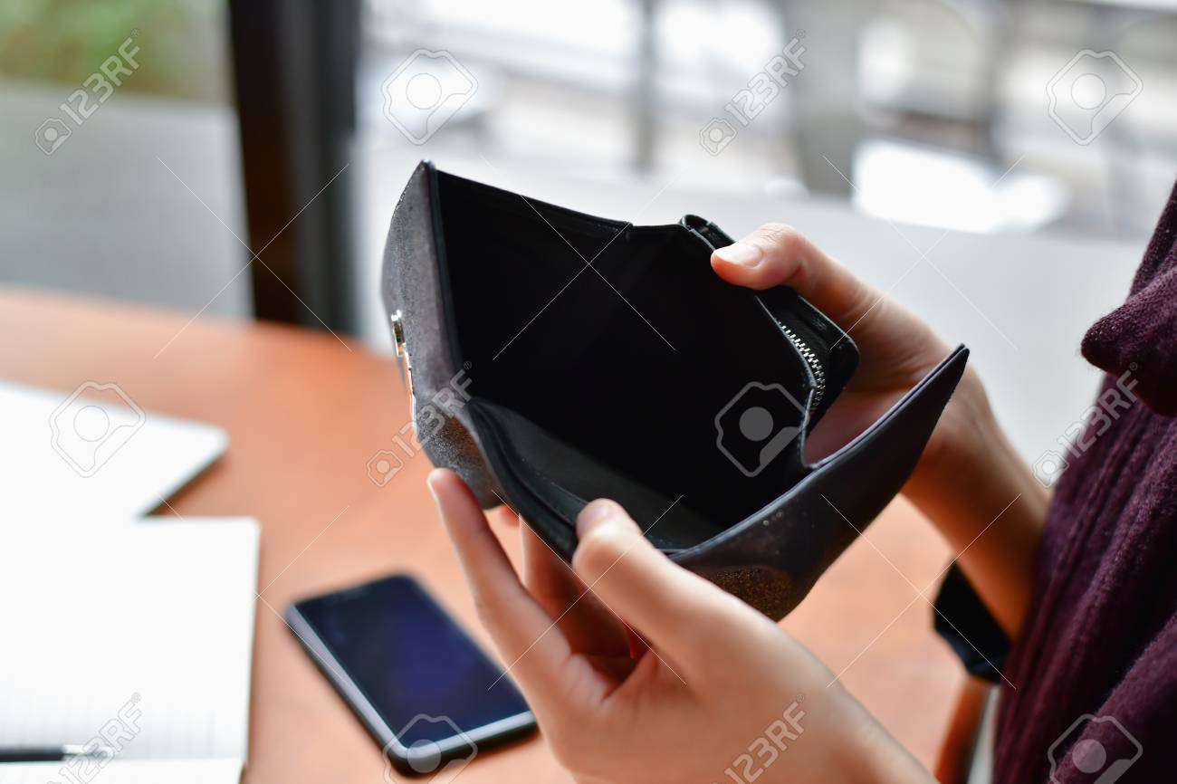Bankrupt Business Concepts. Beautiful businesswoman was shocked when opening a wallet. Young businessmen have no money and are bankrupt. - 98958363