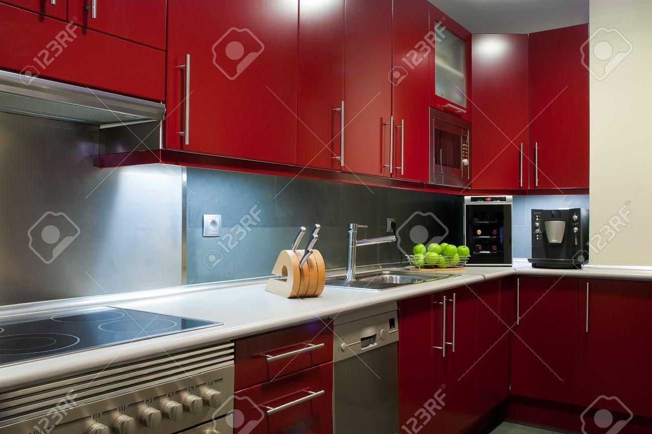 Cuisine moderne dans les couleurs rouge et gris banque d'images et ...