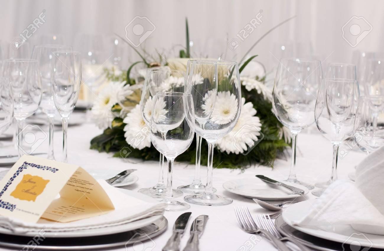 Set De Table Pour La Fete De Mariage Avec Le Verre Et Les Fleurs