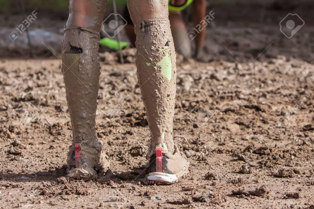 極端な実行の泥で汚れた靴下と女性の足 の写真素材・画像素材 Image ...