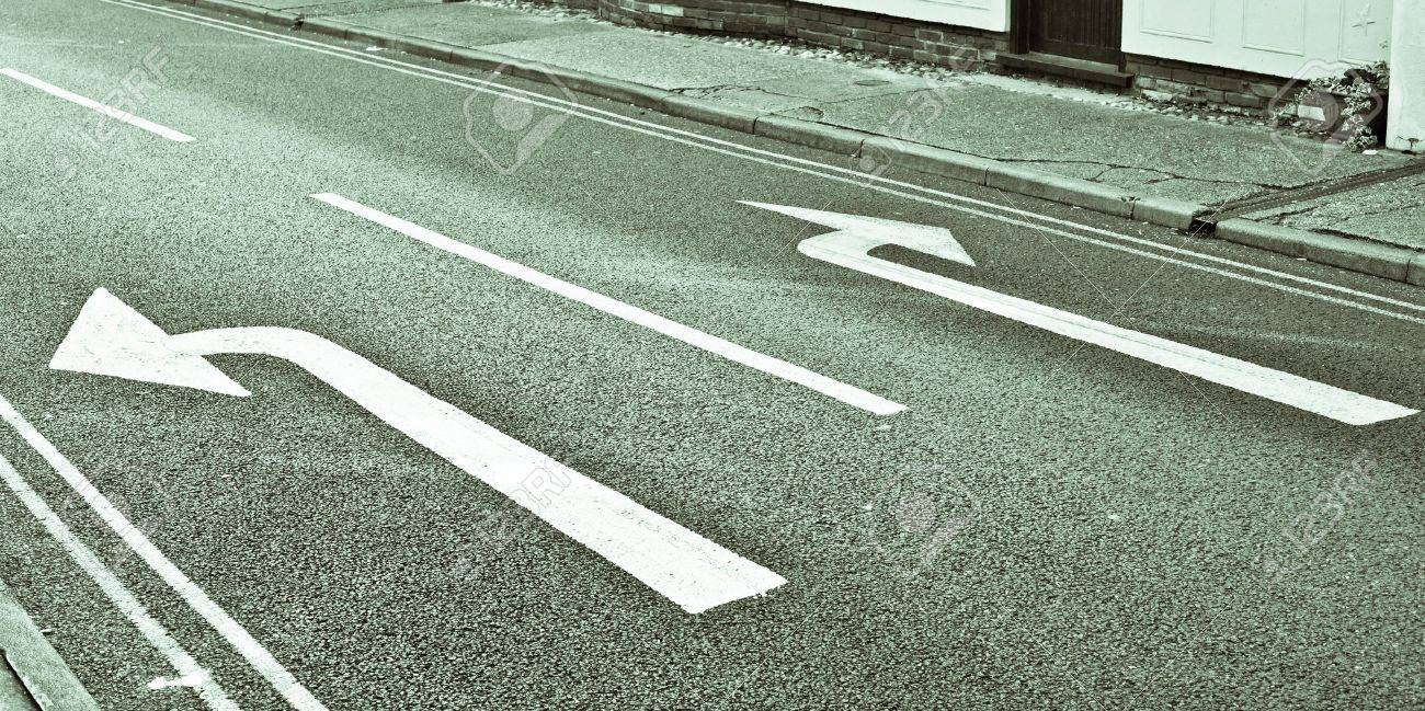 Left and right road arrows in black and white - 15996287