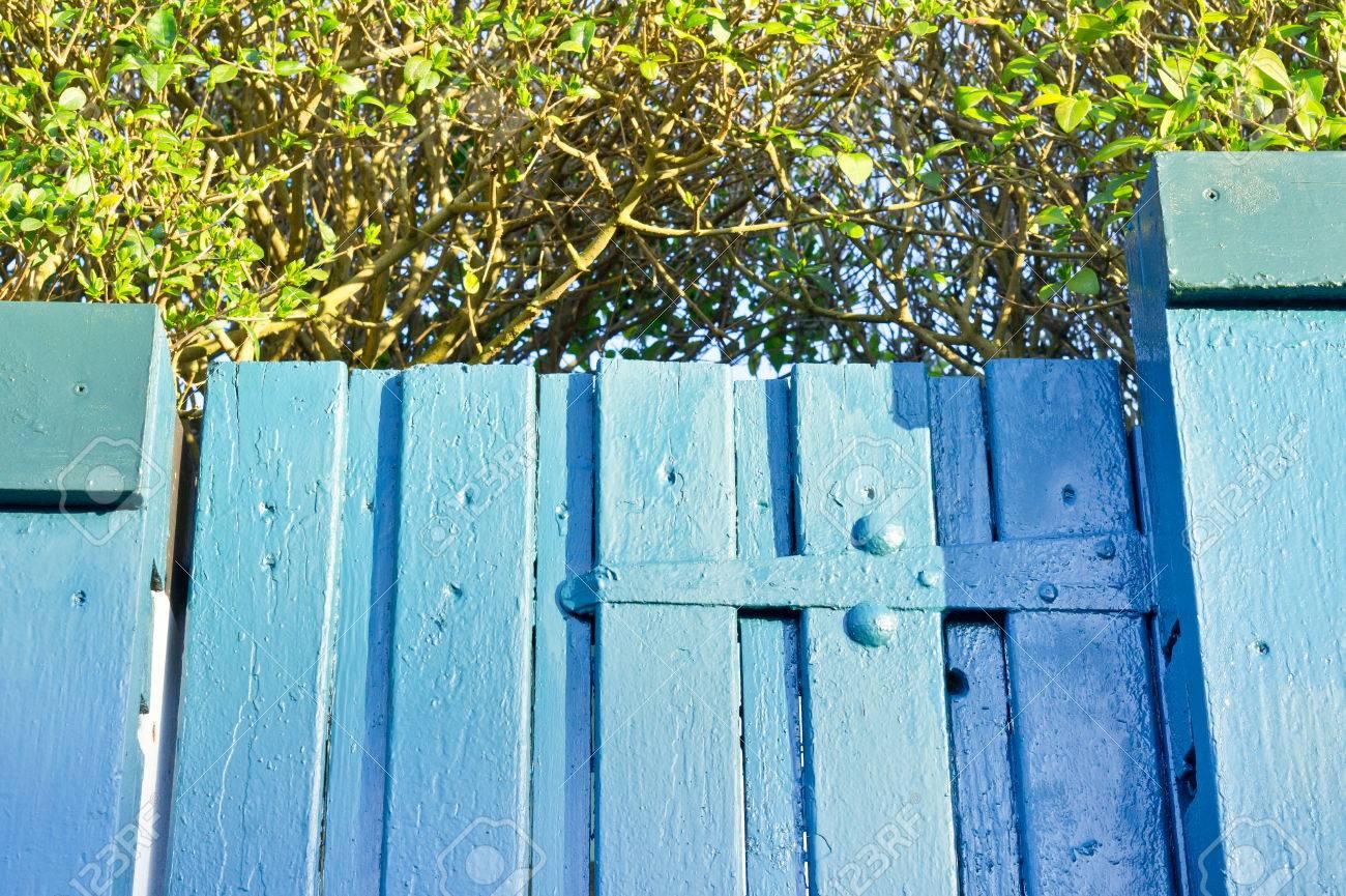 Charnière sur une porte de jardin en bois bleu