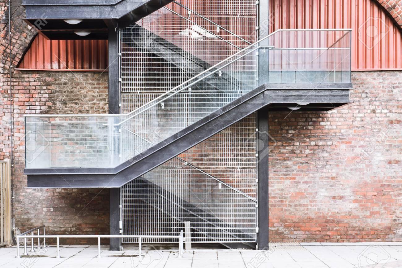 Un Escalier Sur Le Mur Extérieur D\'un Bâtiment Urbain Banque D ...