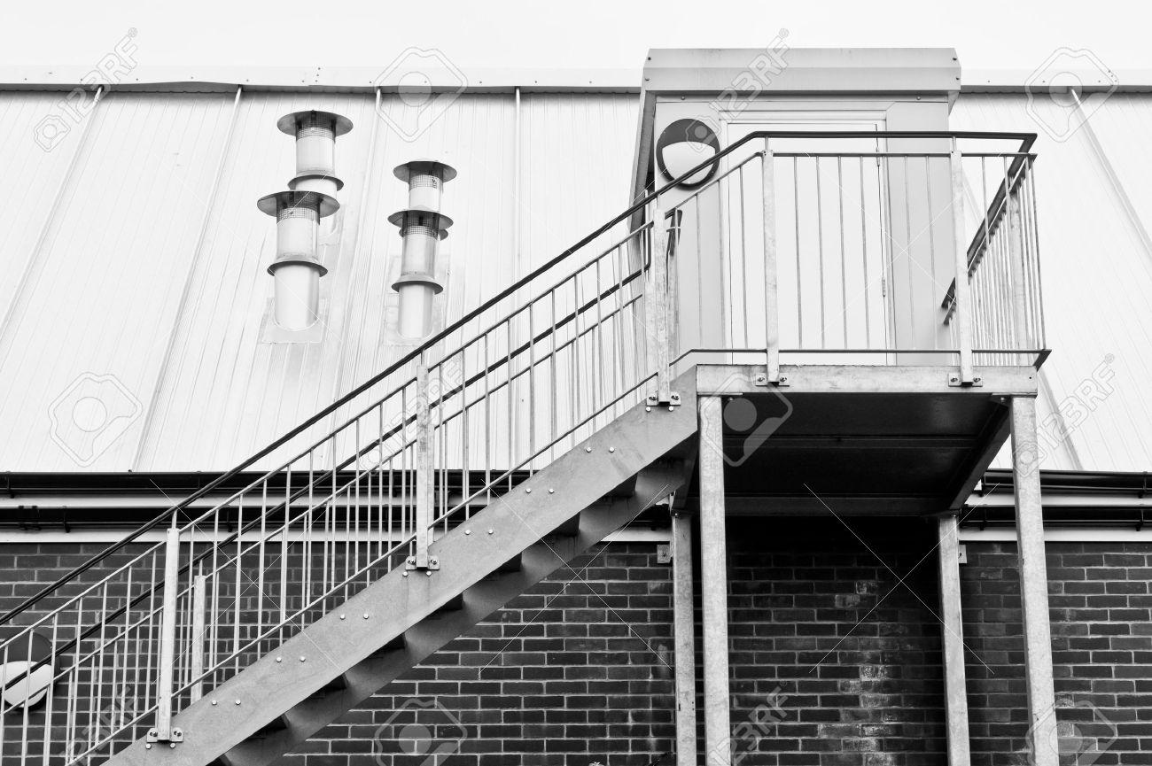 escaleras de metal en el exterior de un edificio moderno foto de archivo