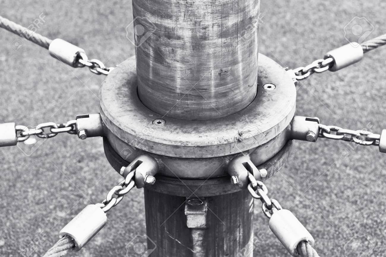 Ketten Und Seil An Einem Mast Auf Einem Spielplatz Klettergerüst ...
