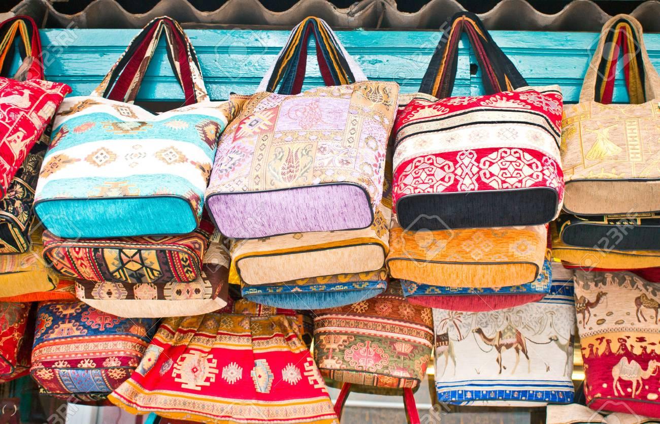 Bolsos tradicionales a la venta en una tienda de souvenirs en Turquía