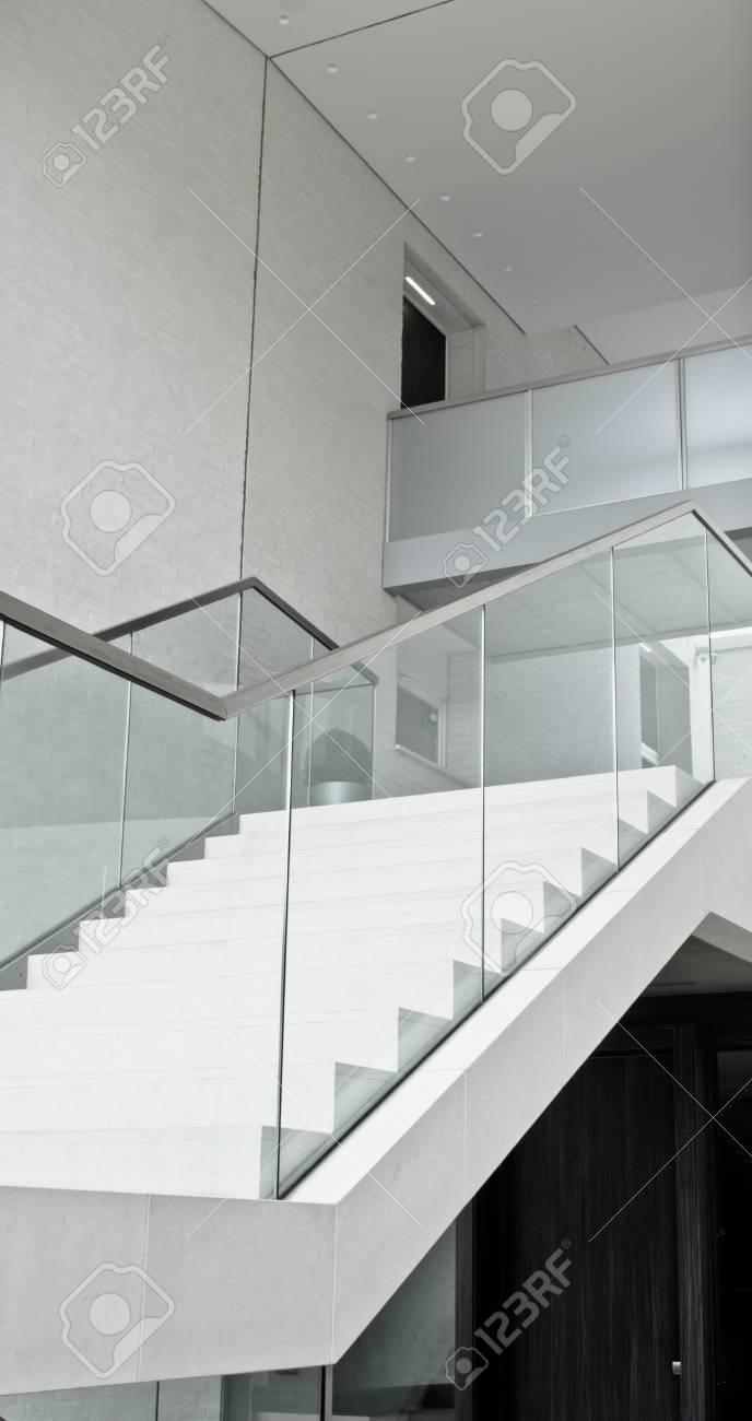 Partie D\'un Escalier Intérieur Moderne Avec Une Rampe En Verre ...