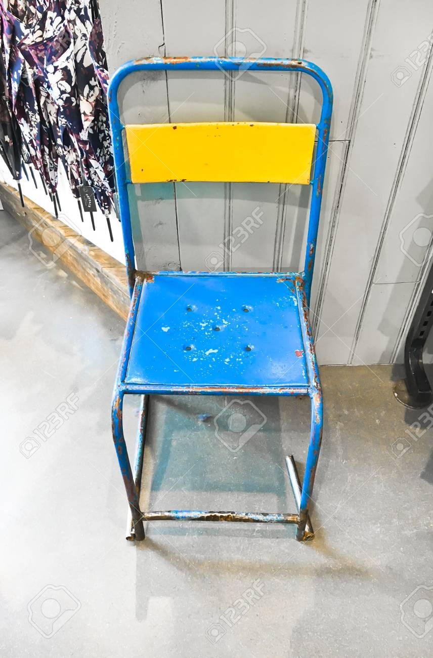Une Chaise En Mtal Vintage Colore Banque DImages Et Photos Libres