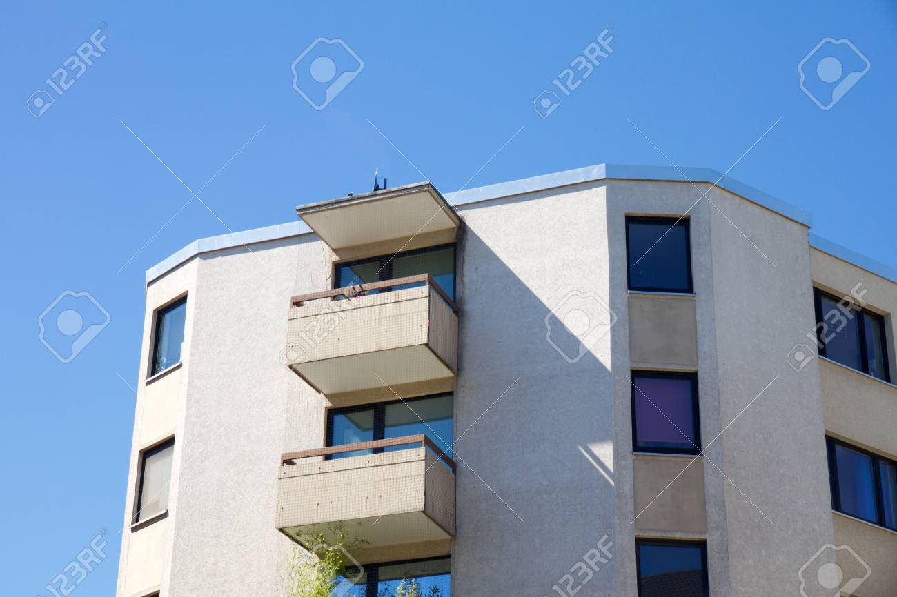 View on apartment building with balcony against a blue sky - 79149723