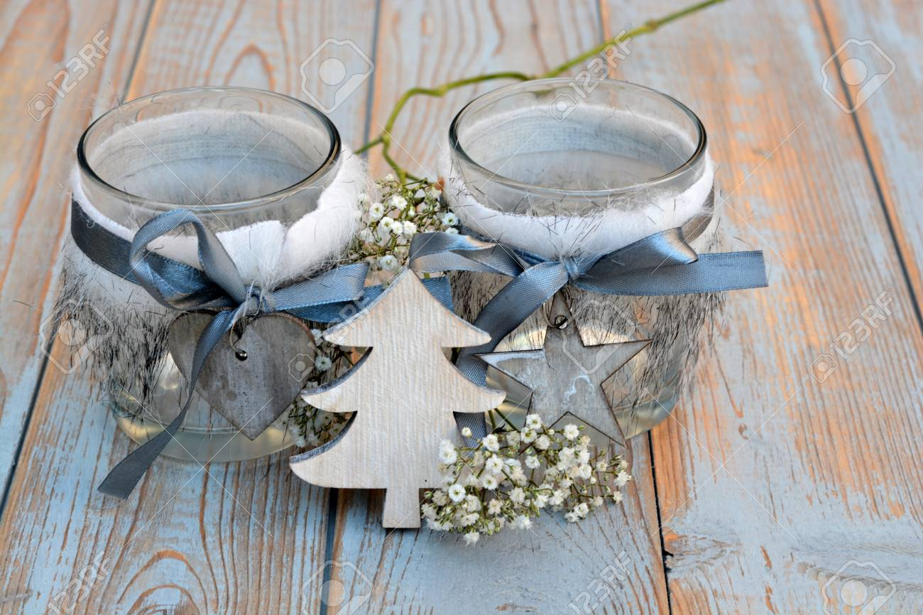 Decorare Mensole Legno : Vecchie mensole in legno grigio con decorazione natalizia in legno