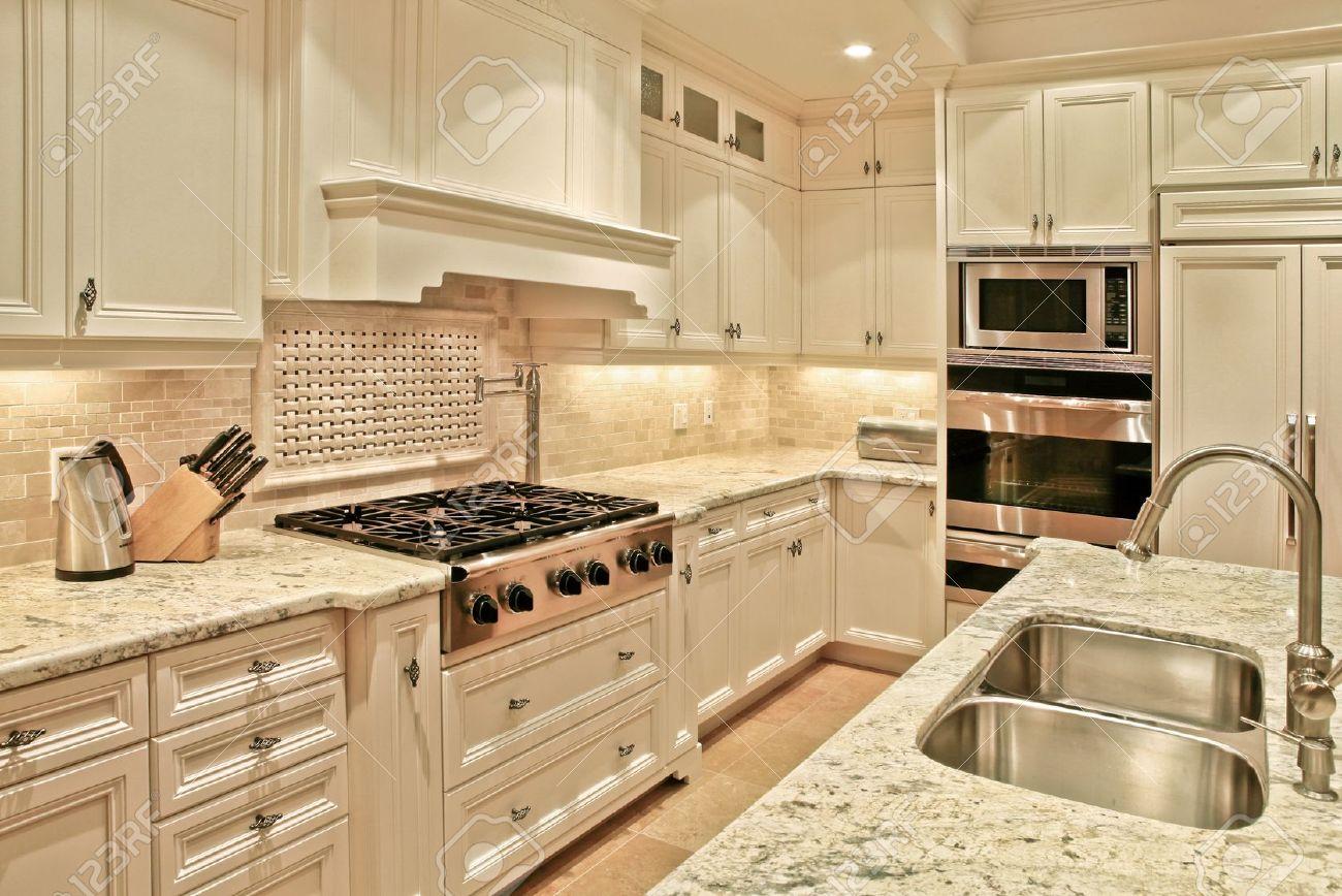 Moderne luxus küche mit marmor arbeitsplatten lizenzfreie fotos ...