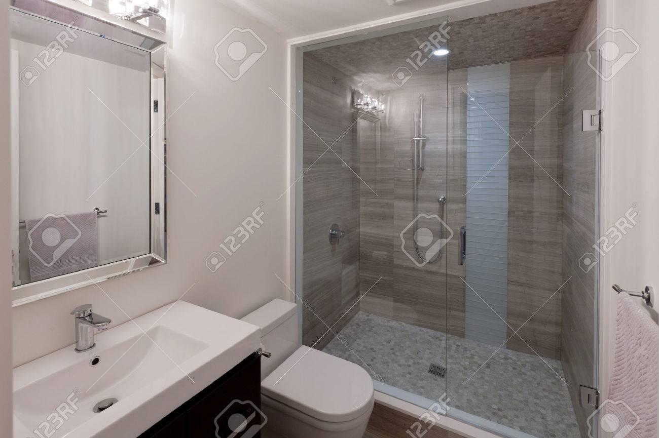 Cuarto de baño moderno en la nueva casa de lujo