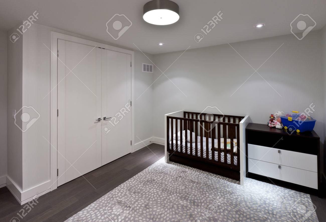 Chambre de bébé vide dans la nouvelle maison de luxe