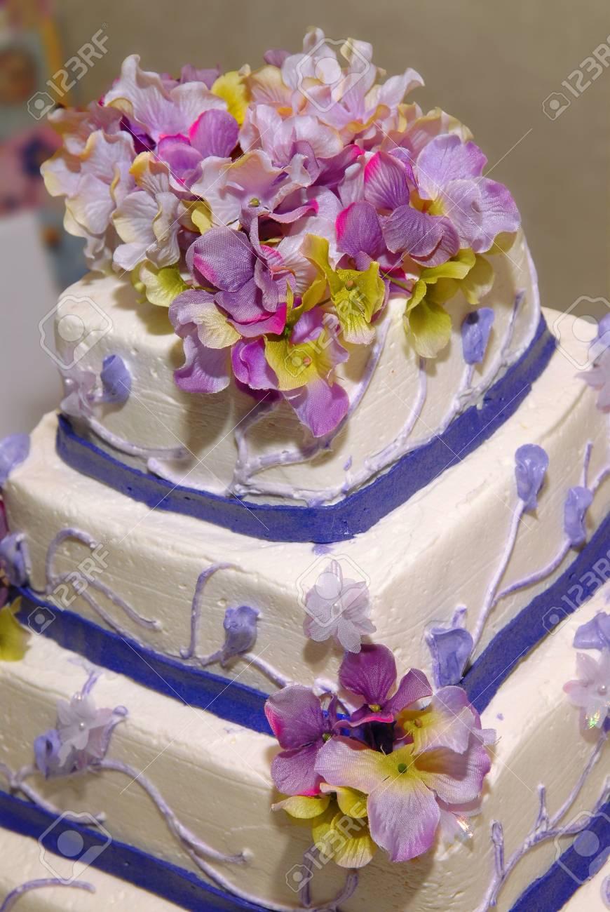 Eine Blaue Rosa Und Weissen Rosen Hochzeitstorte Mit An Der Spitze