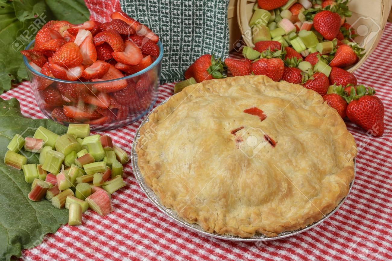Erdbeer Rhabarber Kuchen Auf Einem Tisch Land Mit Erdbeeren Und
