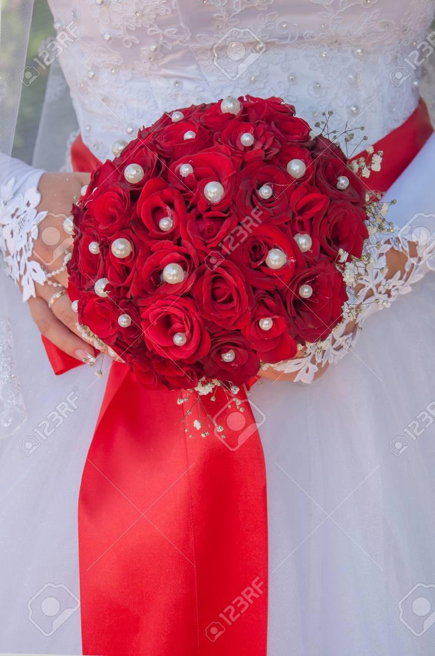 Hochzeitsstrauss Mit Roten Rosen In Der Hand Der Braut Lizenzfreie