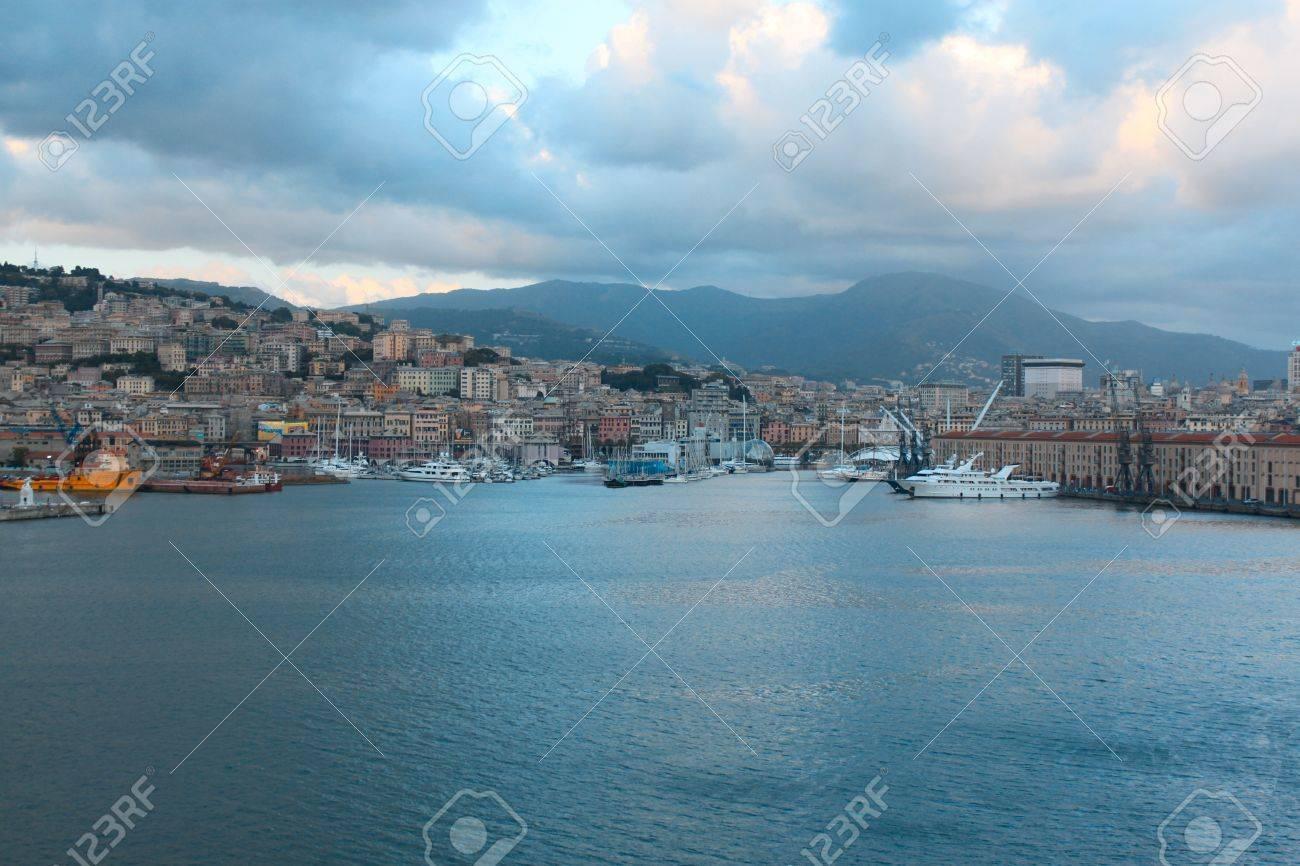 ジェノヴァ港全景リグーリア海沿...