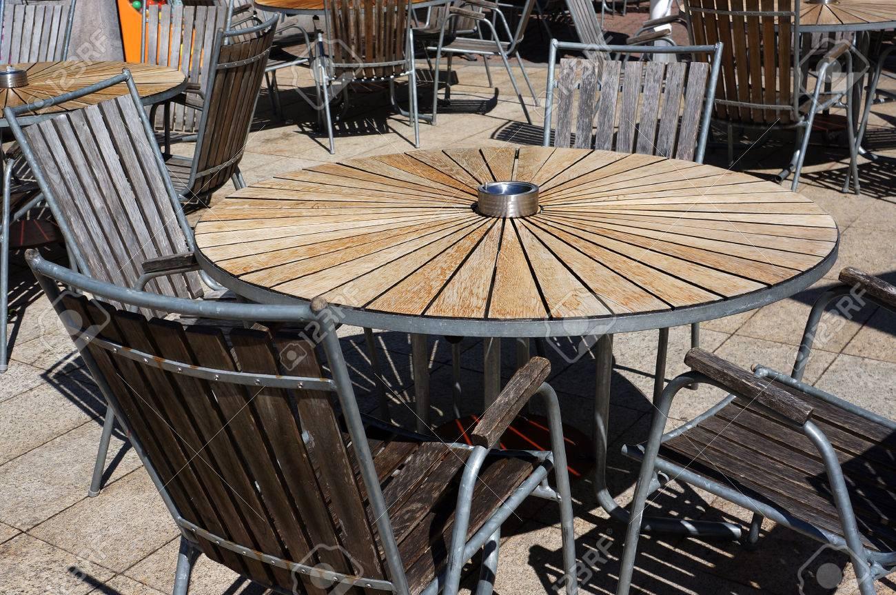 Stock Sedie Di Legno.Immagini Stock Sedie Di Legno E Tavolo Di Cerchio Nel Caffe Della