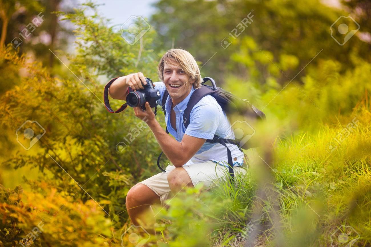 fotgrafo con la cmara digital profesional toma de fotografas en la naturaleza foto de archivo