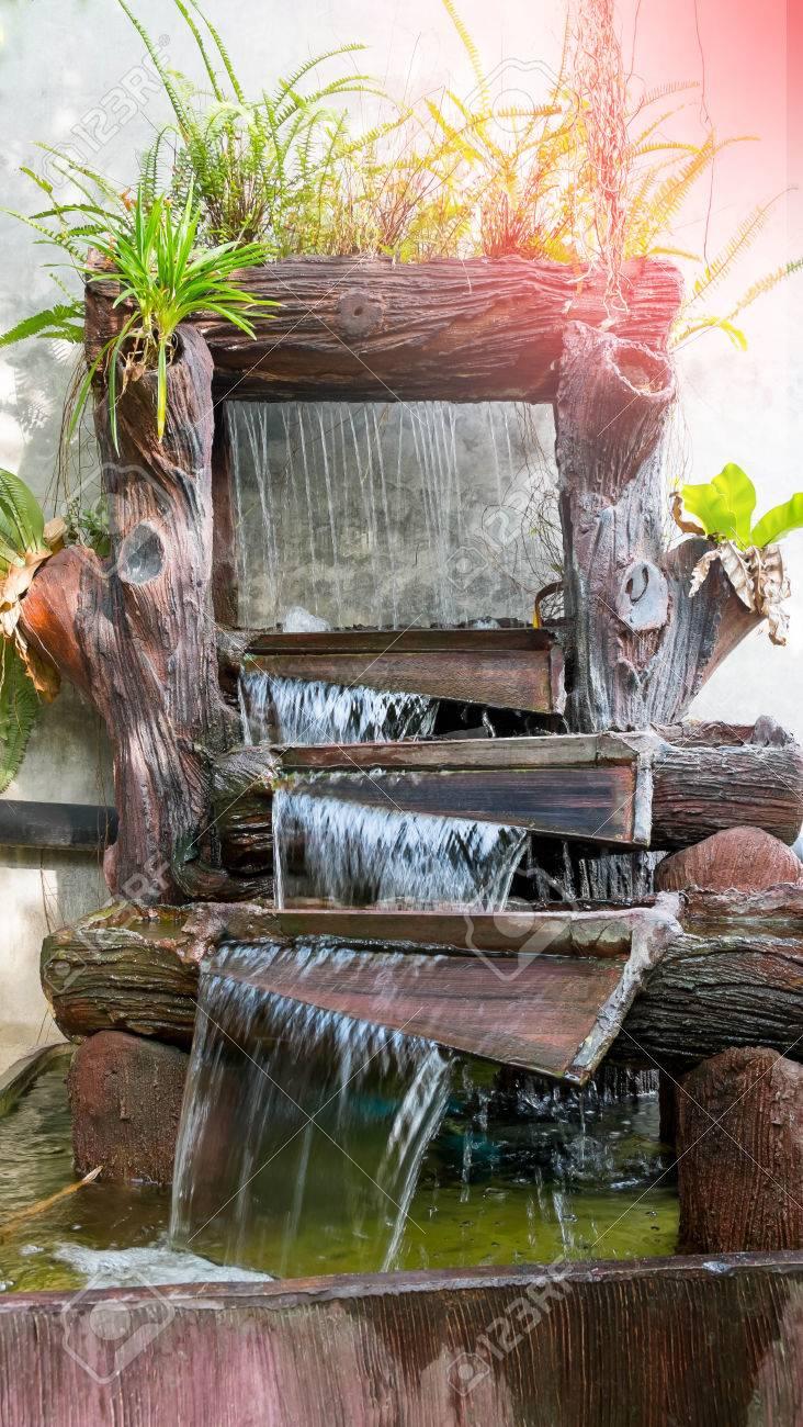 Die Schöne Natur Im Garten Mit Wasserfall Auf Steinmauer. Brunnen ...