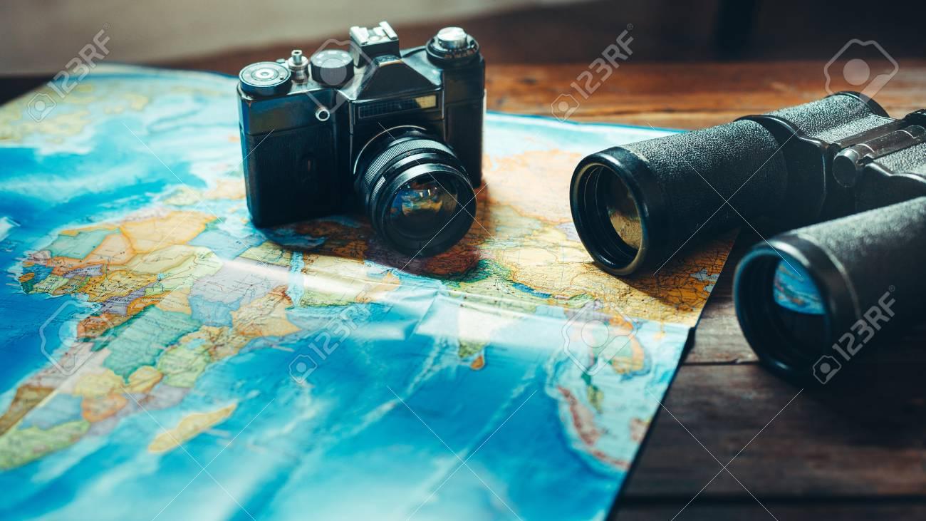 Zubehör für reisen vintage filmkamera karte und fernglas auf