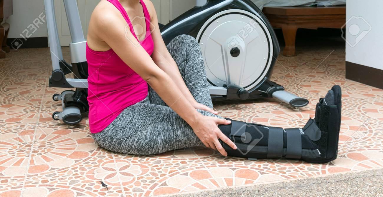 broken leg, short leg cast, splint for treatment of injured woman