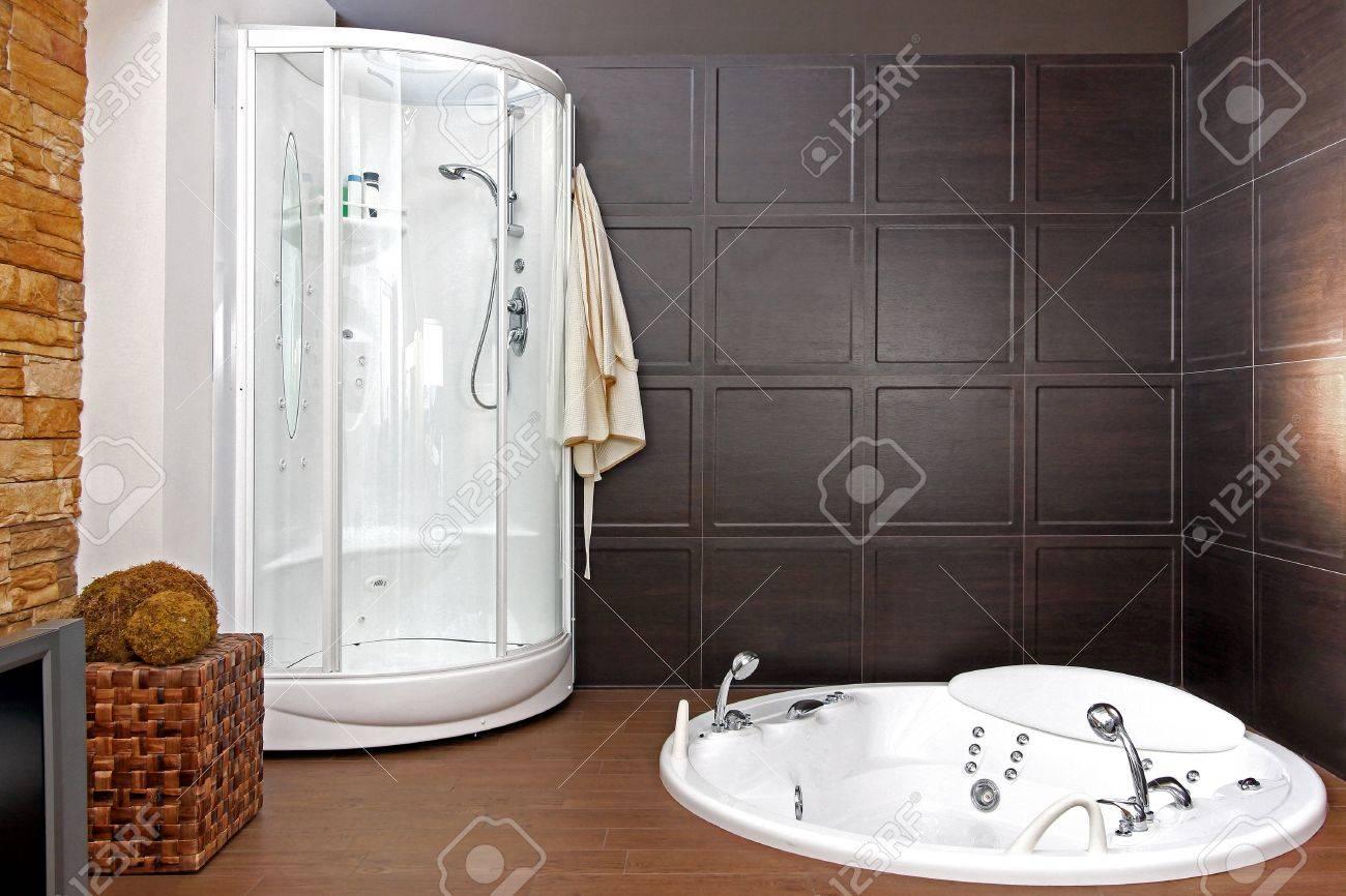 Intérieur salle de bain moderne avec baignoire et douche hydromassante