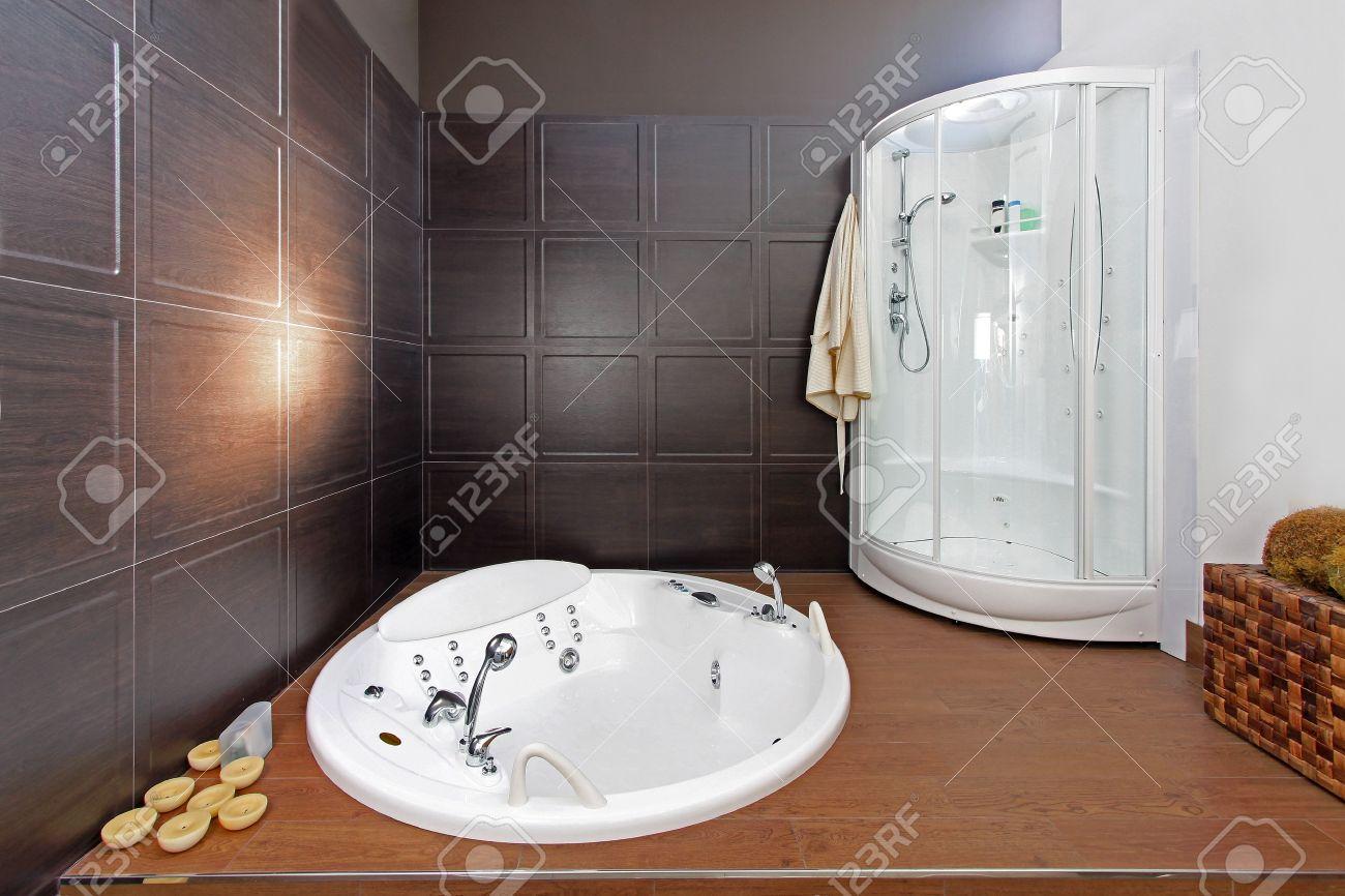 Intérieur salle de bain moderne avec baignoire et douche ...