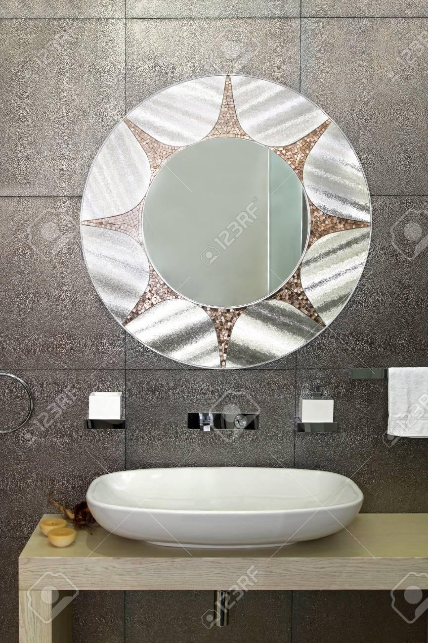 amazing cuarto de bao moderno con azulejos brillantes y un espejo ovalado foto de archivo with azulejos de cuarto de bao modernos - Azulejos De Cuarto De Bao