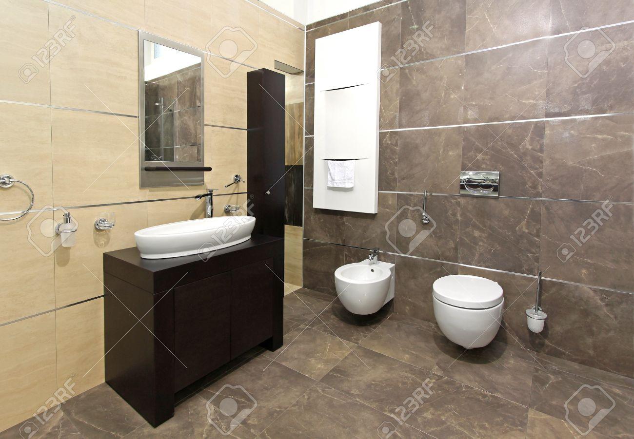 bagno interno moderno con piastrelle in marmo e arredi ... - Arredo Bagno Moderno In Marmo
